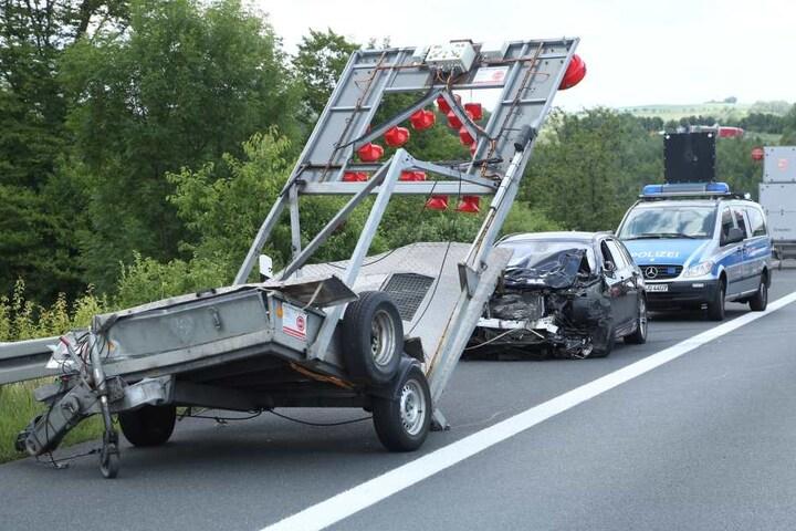 Der BMW und der Baustellenanhänger erlitten einen Totalschaden.