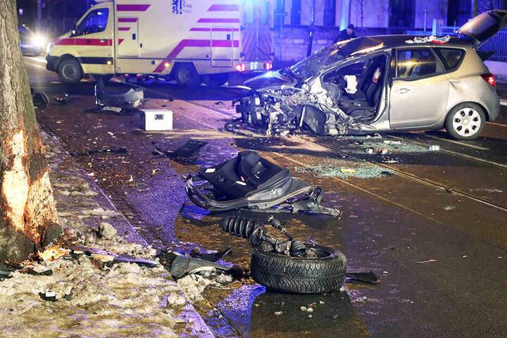 Die Frau kam mit ihrem Auto stadteinwärts von der Fahrbahn ab und knallte gegen einen Baum. Sie wurde in ihrem Opel eingeklemmt.