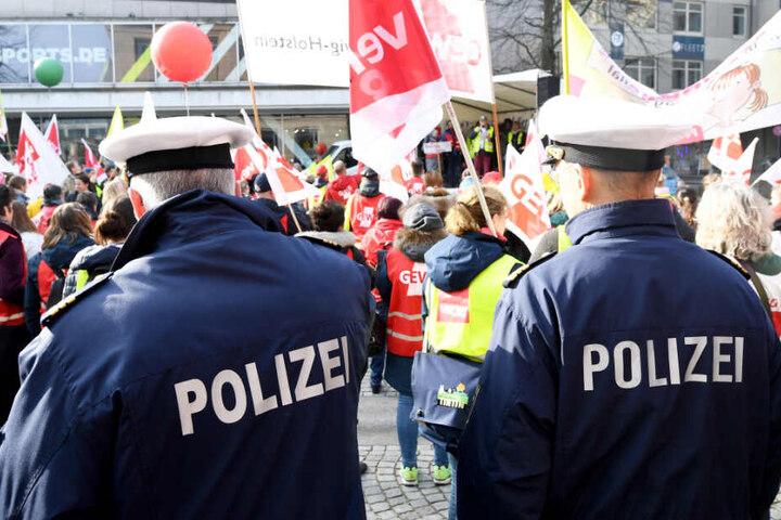 Polizisten stehen bei einer Demonstration.