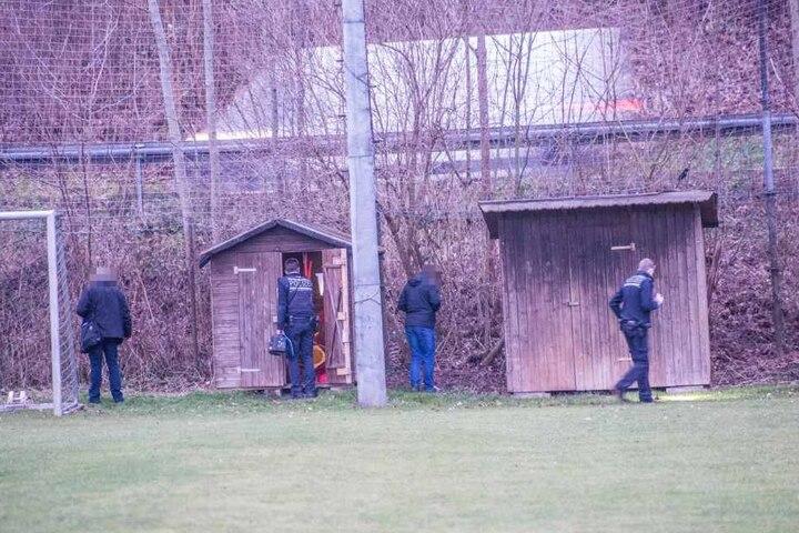 Der Vorfall ereignete sich auf einer Sportanlage. Ob die Böller von den Jungen mitgebracht oder dort gefunden wurden, blieb zunächst unklar.