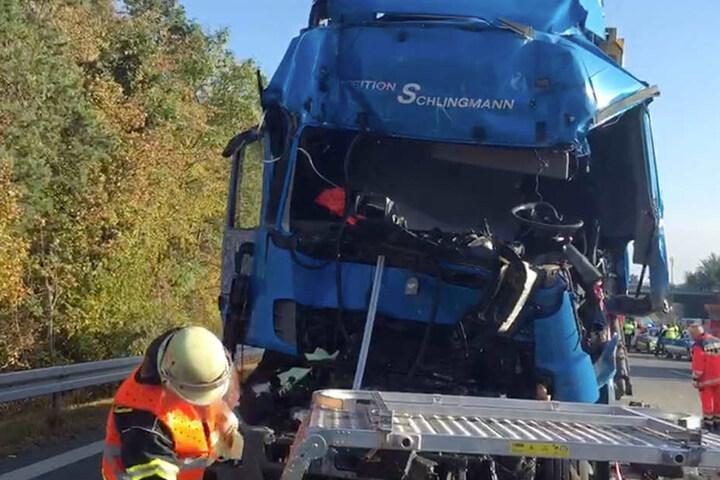 Ein 50-jähriger Lkw-Fahrer wurde in seinem Führerhaus eingeklemmt.