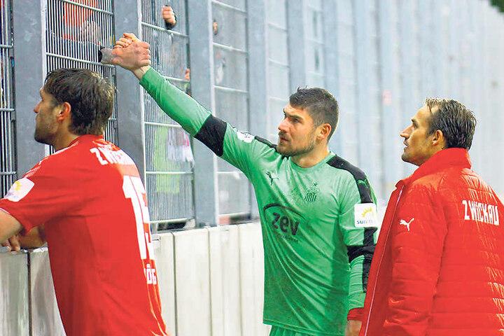 Handschlag und Diskussionen mit den Fans (v.l.): Ronny König, Johannes Brinkies und Toni Wachsmuth.