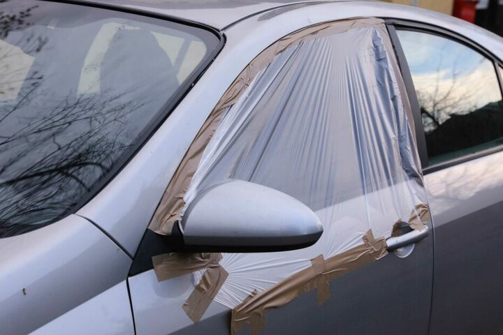 Die Seitenscheibe auf der Fahrerseite wurde bei diesem Nissan zerstört.