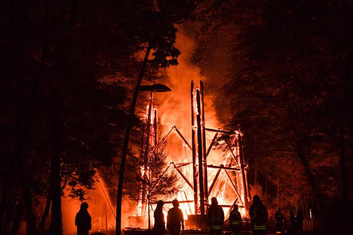 Vollständig brannte der Turm in der Nacht vom 11. zu 12. Oktober ab. Vermutlich war es Brandstiftung.