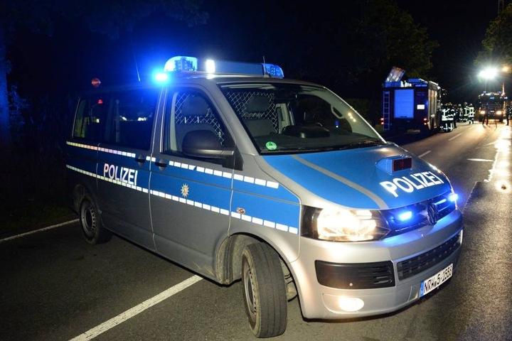 Die Polizei sperrte die Straße an der Unfallstelle.
