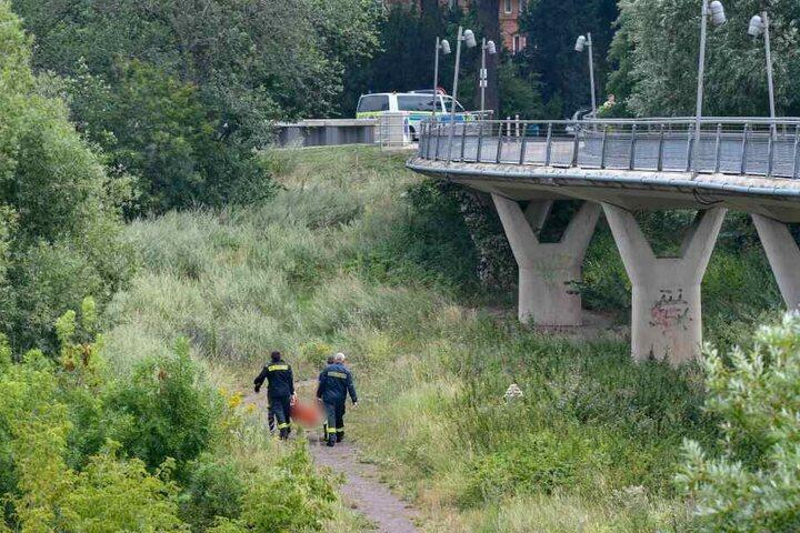 Kameraden der Feuerwehr bargen die Leiche aus dem Wasser der Elbe.