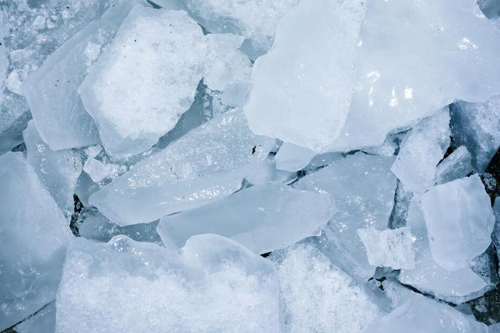 die Jungs warfen die Eisbrocken rund zehn Meter in die Tiefe. (Symbolbild)