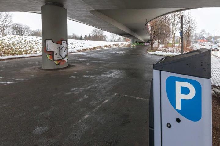 Der Parkplatz unter der GlückAuf-Brücke am Freitagnachmittag: Er ist leer. Nur  der Parkscheinautomat steht an seinem Platz.