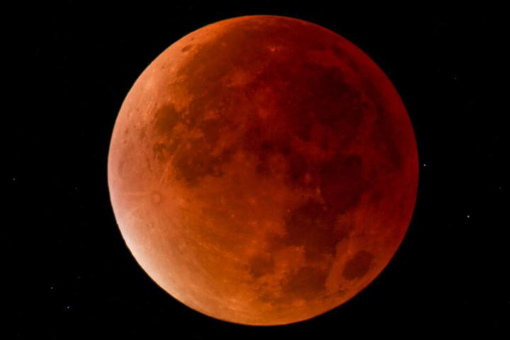 So kann der Mond während einer kompletten Mondfinsternis aussehen.