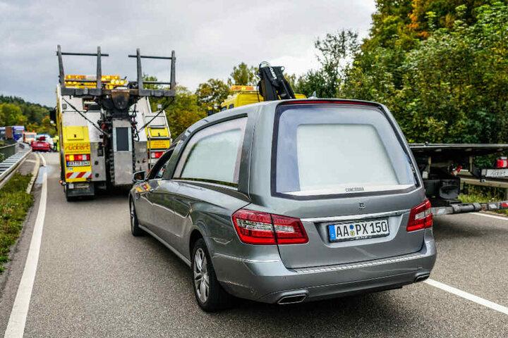 Eine 57-jährige Frau ist tödlich verunglückt und wurde mit diesem Leichenwagen von der Unfallstelle weggebracht.