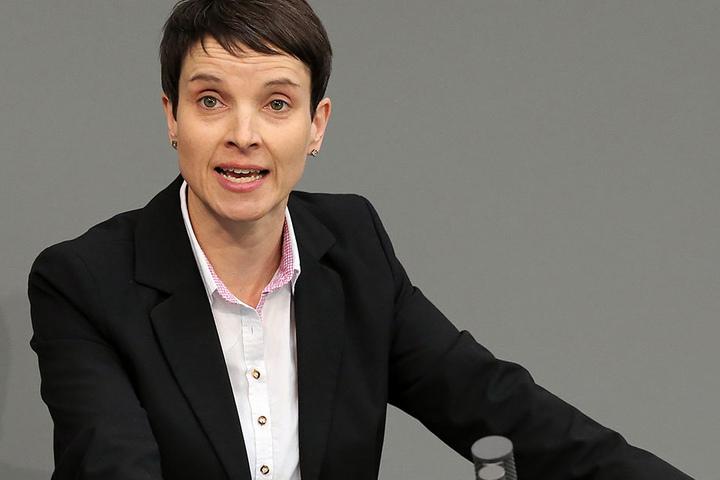 """Frauke Petry (Fraktionslos im Bundestag): """"Wir haben es mir einem kulturellen Problem zu tun."""" Sie rät davon ab, """"das Problem um die Kriminalität kleinzureden"""". Die Politik darf das Problem nicht ignorieren."""