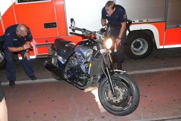 Polizisten begutachten die gestohlene Yamaha.