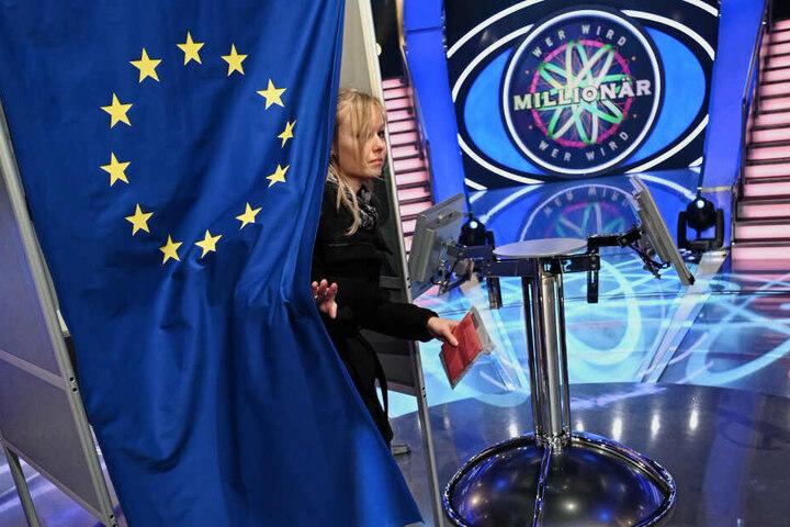 """Eine Wählerin verlässt eine Wahlkabine für die Europawahl, die im Studio der RTL-Sendung """"Wer wird Millionär?"""" aufgestellt wurde."""