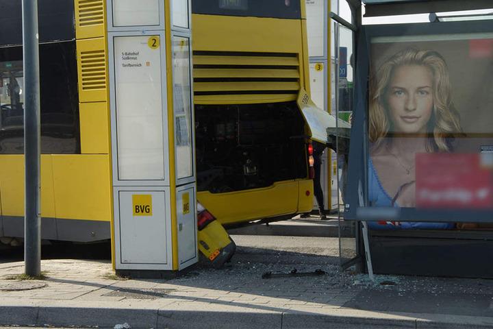 Nach dem Unfall mit dem Helikopter fuhr der Bus gegen eine Haltestelle.