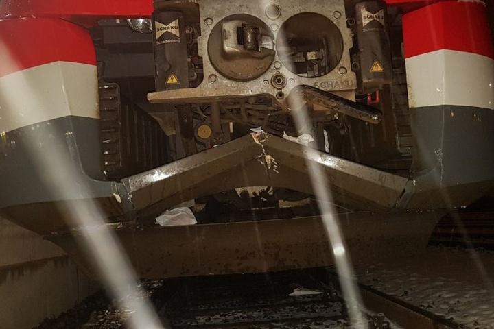 Der Zug wurde bei dem Crash stark beschädigt.