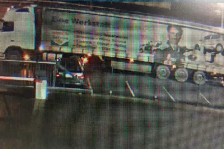 Der Fahrer dieses Trucks wird von der Polizei Paderborn gesucht.