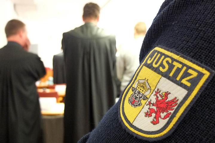 Ein Justizbeamter steht in einem Saal des Landgerichts.