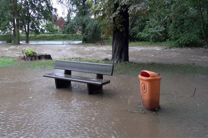 """Der Dauerregen macht den Einsatzkräften entlang der Holtemme das Leben schwer, derzeit gilt am Pegel """"Mahndorf"""" in Halberstadt die Alarmstufe 3."""