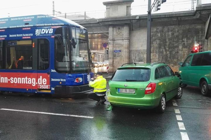 Ein Skoda und eine Straßenbahn der Linie 10 stießen in Dresden am Donnerstagmorgen zusammen.