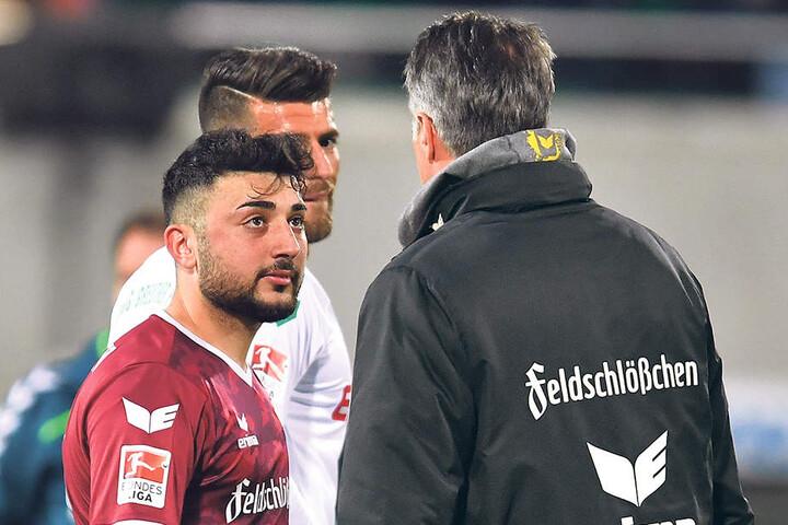 Der Pechvogel und sein Trainer: Aias Aosman (l.) versucht Uwe Neuhaus zu erklären,was beim Eigentor alles passiert ist ...