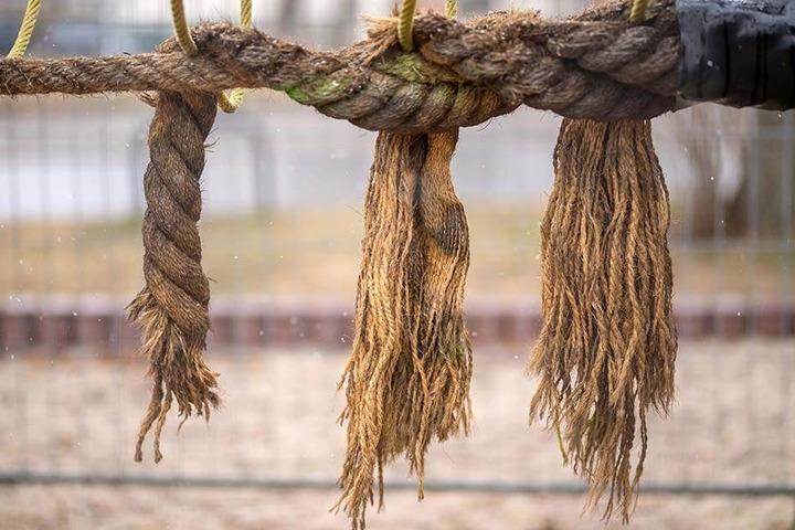 Der Defekt scheint simpel: Die Seile der Kletterkombination wurden angeschnitten.