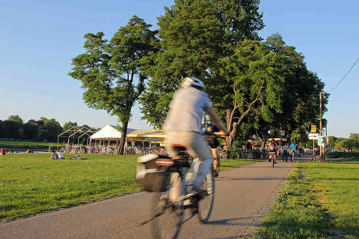 Besonders am Johannstädter Fährgarten wird es immer eng. Die geplante zweite Spur soll auch hier Fußgänger und Radfahrer trennen.