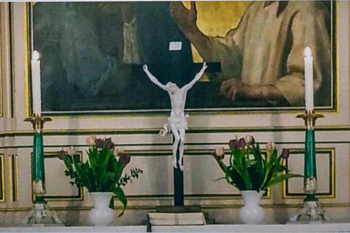 Gottlose Gauner stahlen vom Altar den gekreuzigten Jesus aus heimischem Porzellan und die beiden historischen Leuchter.