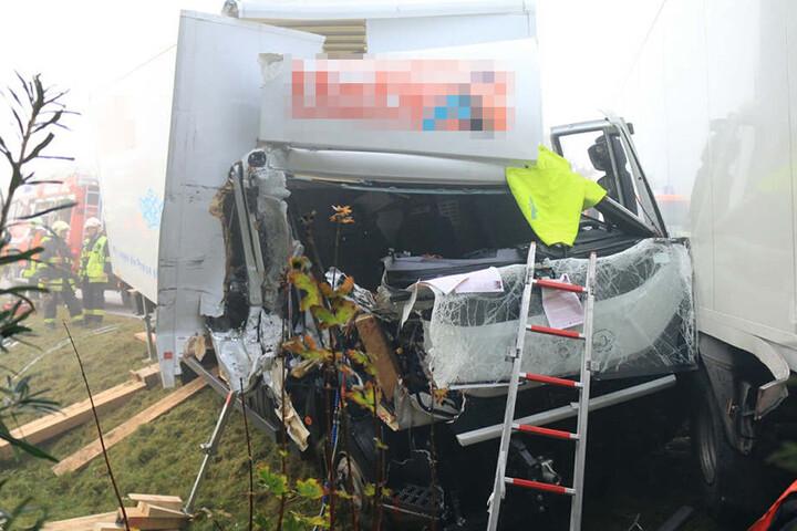 Der Lkw fuhr auf den vorausfahrenden Laster auf.
