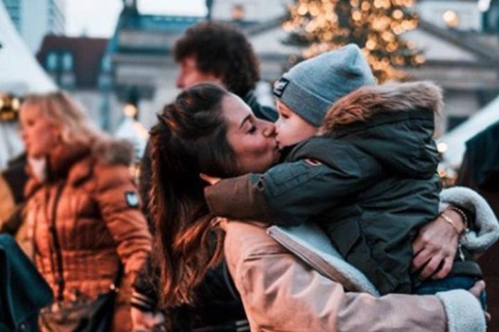 Sarah (26) und Alessio (3) auf dem Weihnachtsmarkt in Berlin.