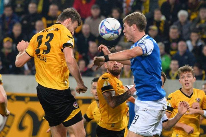 Könnte eines der entscheidenden Duelle werden: Dynamos Abwehrriese Florian Ballas gegen Bielefelds Sturmtank Fabian Klos.