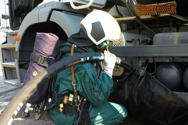 Mit Spezialausrüstung machten sich die Kameraden am angeblich verunglückten Gefahrenguttransporter zu schaffen.