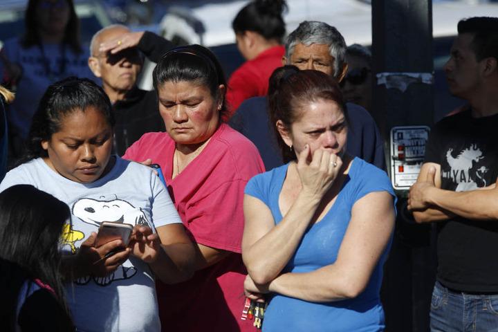 Eltern warten vor der Belmont High School auf Nachricht von ihren Kindern.