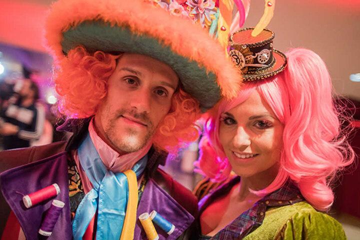 Dieses Kostüm kam besser an: Die Moderatorin besuchte zusammen mit ihrem Mann, Stürmer Simon Zoller die Karnevalssitzung des Fußball-Bundesligisten 1. FC Köln.