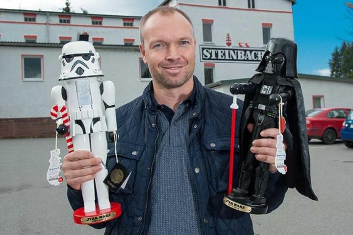 Steinbach-Geschäftsleiter Robert Liebich (37) hält mit Darth Vader (r.) und dem Stormtrooper (l.) die Macht in seinen Händen.