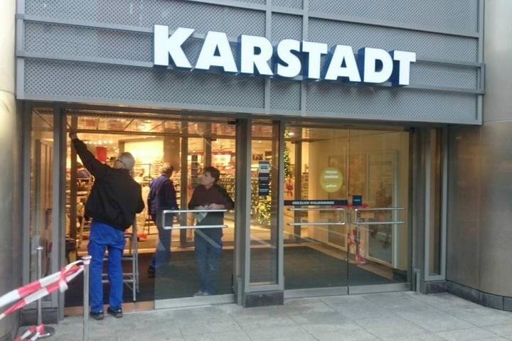 Diesmal zerstörten die Einbrecher die Tür zur Prager Straße (an der Gasse zum Ferdinandplatz).