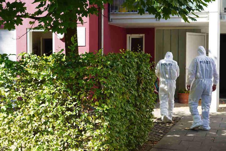 August 2018: Ermittler der Spurensicherung auf dem Weg in die Offenburger Praxis, in der ein Mediziner erstochen wurde.