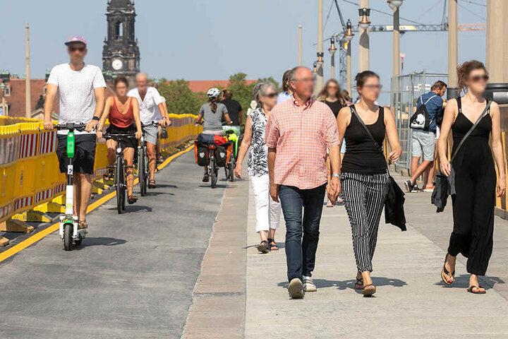 Auf dem Roller, dem Rad oder zu Fuß: Am Wochenende konnten die Dresdner das neue Stück auf der Augustusbrücke nutzen.
