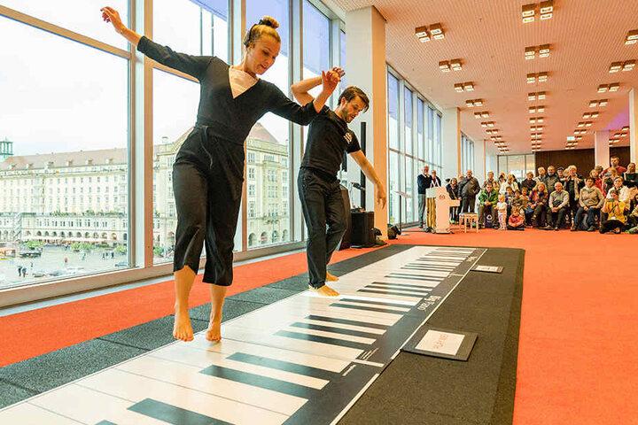 """Selbst für vier Hände ist das """"Walking Piano"""" zu groß. Leslie Lynn (26) und Dennis Volk (40) spielten mit den Füßen auf dem größten Klavier der Welt."""