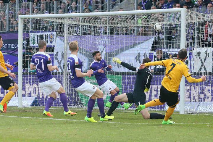 Da war nix zu machen: Martin Männel konnte den Ball von Niklas Kreuzer zum 0:2 nicht halten.