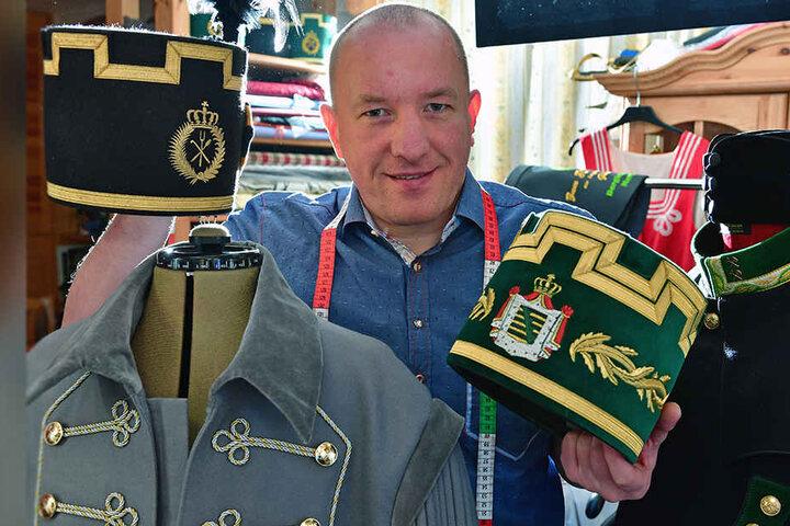 Der Maßschneidermeister Markus Seiler zeigt in seiner Marienberger Werkstatt Bergkittel und Hüte, die zum festlichen Habit getragen werden.
