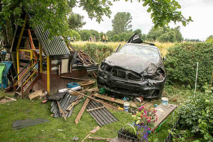 Das Ende einer wilden Verfolgungsjagd: Mit dem geklauten BMW landete der Kamikaze-Fahrer im Sandkasten eines Gartens. Nicht nur das Gartenhäuschen wurde dabei komplett zerstört, sondern auch der 74800 Euro teure X6.
