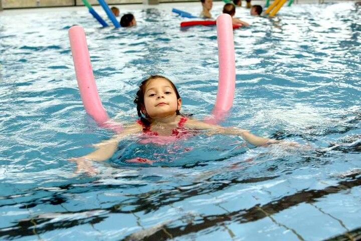 Das Schwimmenlernen - etwa im Schulunterricht - leidet unter maroden Bädern und ständigen Bauarbeiten.