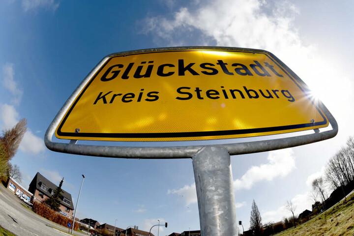 Das Ortsschild von Glückstadt (Schleswig-Holstein).