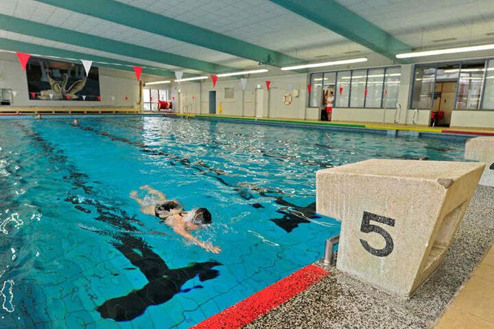 Wegen kaputt geschlossen: Die Tag der Bernsdorfer Schwimmhalle sind gezählt. Seit Juli ist die Halle dicht, wartet auf den Abriss.