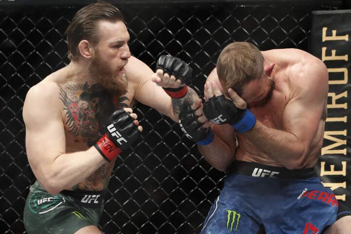 """Conor McGregor (l) kämpft gegen Donald """"Cowboy"""" Cerrone."""