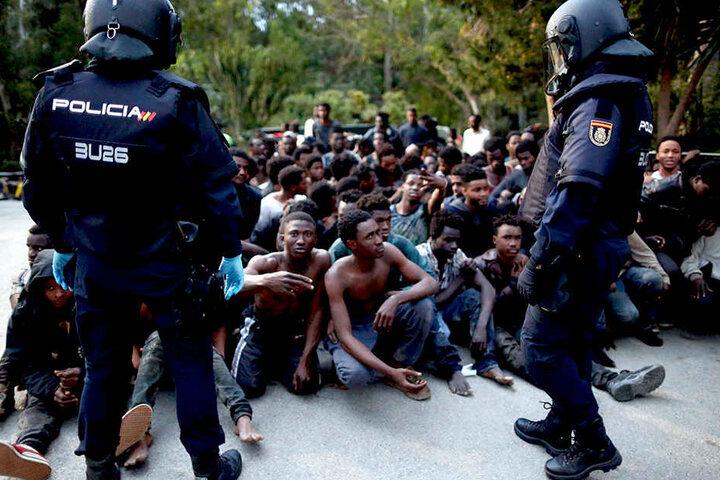 Stark bewaffnete Polizisten und ein doppelter Zaun sollen die Migranten fernhalten. In der Nacht zum Montag schafften es trotzdem 350 Afrikaner nach Spanien.