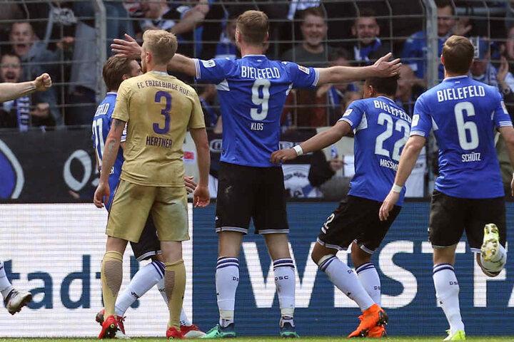 Alle Augen auf Fabian Klos (Nr. 9): Das ganze Team freut sich mit dem Torjäger über seinen 111. Treffer.