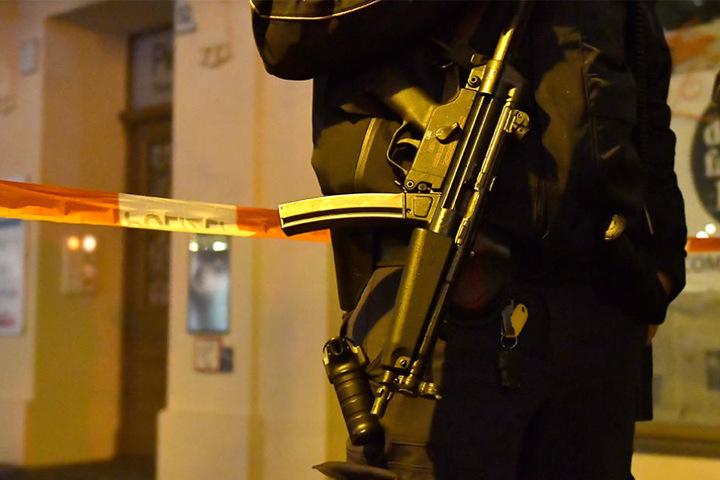 Ein bewaffneter Polizist sperrt am Freitag die Straßen an einen Weihnachtsmarkt in der Innenstadt von Potsdam ab.