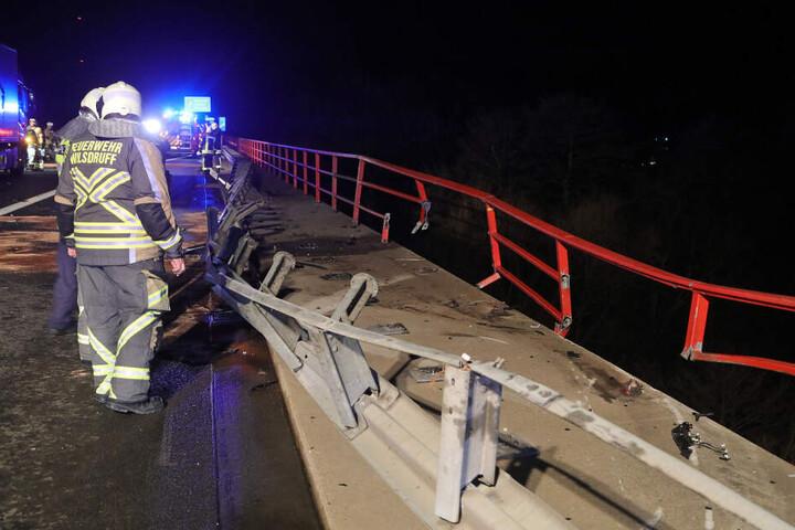 Das Brückengeländer verhinderte, dass das Auto abstürzte.