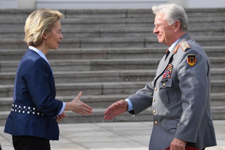 Bundesverteidigungsministerin Ursula von der Leyen (CDU) begrüßt den Generalinspekteur der Bundeswehr, General Volker Wieker,